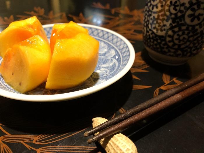 なかまっこ柿とお茶と箸置の落花生